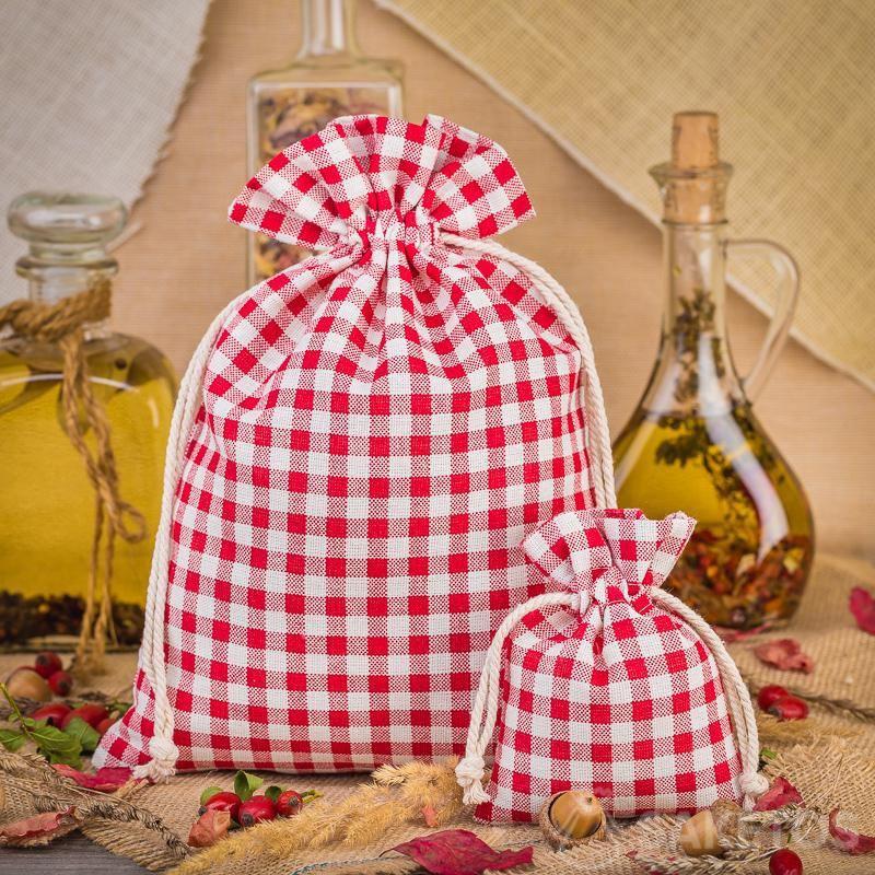 1.Modische Leinensäckchen mit rotem Karo bilden eine großartige Dekoration für eine Küchenarbeitsplatte oder ein Regal