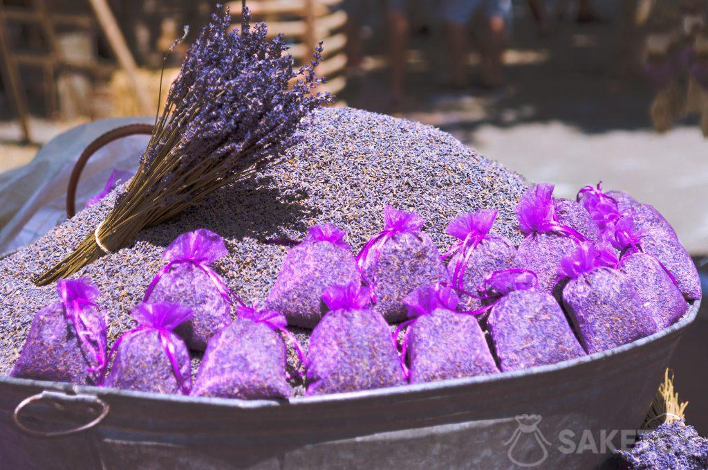 4.Organzabeutel in Lila mit Lavendel zum Ausschütten während der Hochzeitsfeier