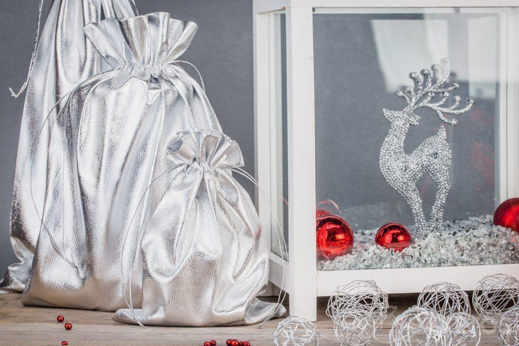 3.Heimdekoration aus silbernen metallischen Beuteln