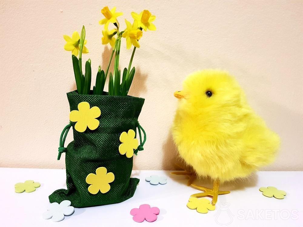 Ostertasche mit selbstklebenden Blumen verziert