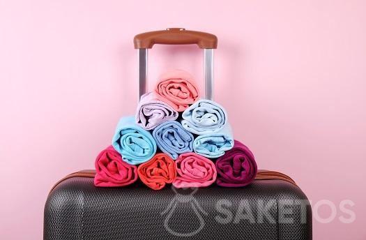 Das Einrollen der Kleidung schützt vor Knitterfalten.
