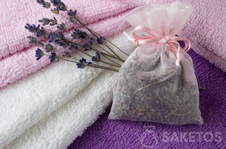 6. Ein Duftbeutel mit Lavendel sorgt für einen schönen Duft der Handtücher und schützt vor Motten