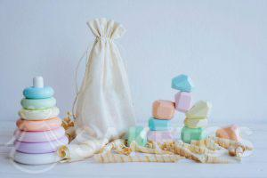 2. Hilfsmittel nach Montessori-Art in einem umweltfreundlichen Leinenbeutel