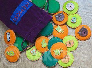 8. Memory-Spiel aus Filzstücken in einem Veloursbeutel