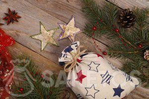 Der Hersteller von Leinenbeuteln bietet stilvolle Taschen mit Aufdruck mit bunten Sternen an