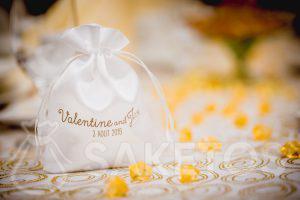 Weißes Satin-Hochzeitssäckchen mit Golddruck