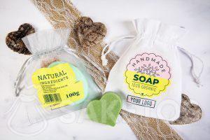 Eine Tasche mit einem Logo als Verpackung für handgemachte Seifen