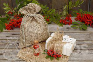 Weiße Naturseife kann dekoriert und in einem Jutesack als Geschenk verpackt werden.